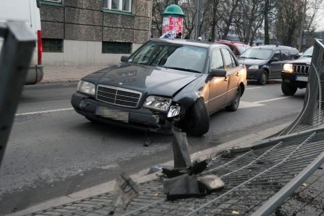 Mercedes staranował barierkę na przystanku MPK