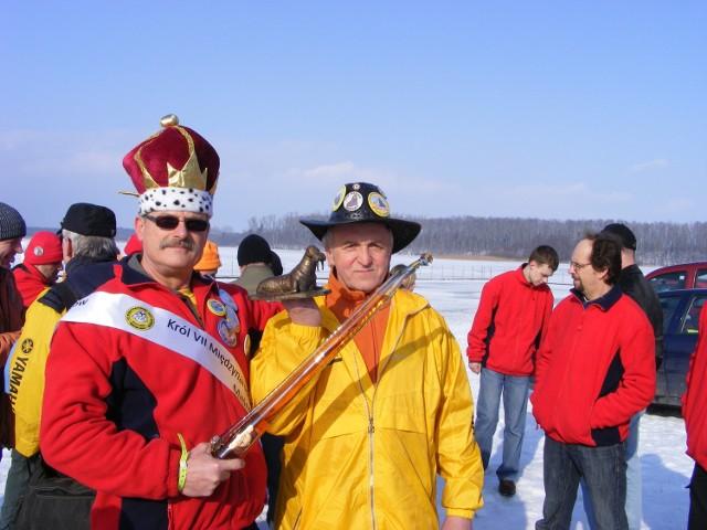 Król i prezes Klubu Morsów Swarzędz prezentują zdobycze ze Zlotu w  Mielnie