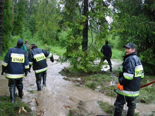 Strażacy z Krempach i Nowej Białej wczoraj znów walczyli z brzegami rzeki Białki. Rzeka zalała kilka gospodarstw