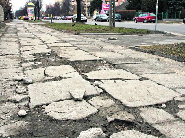 Pokonując ten krótki odcinek chodnika na ul. Lwowskiej w Nowym Sączu, można zostać inwalidą