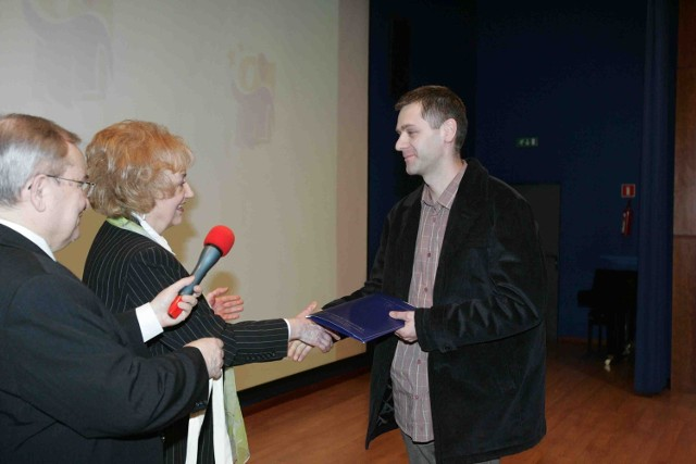 Nagrodę za pierwsze miejsce odbiera Dariusz Czernek