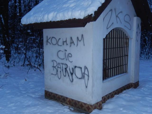 Mieszkaniec gminy Żabno na kapliczkach dał upust swoim emocjom. Wyraził uczucia do dziewczyny, pisząc, że ją kocha. Pobazgrał je także wulgaryzmami i kibicowskimi napisami