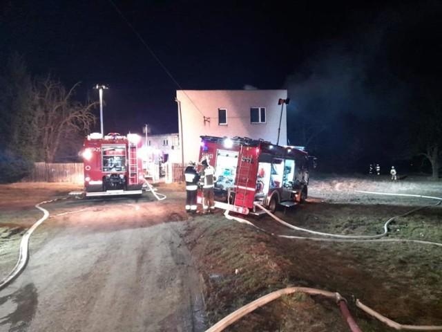 Pożar w Mikołowie wybuchł przed północą w niedzielę. W akcji brało udział wiele jednostek straży pożarnej.  Zobacz kolejne zdjęcia. Przesuwaj zdjęcia w prawo - naciśnij strzałkę lub przycisk NASTĘPNE