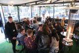 Wieczór na Mariackiej w Katowicach - tak było w piatek. Restauracje, kawiarnie i bary otwarte. Tłumy w pierwszy wieczór bez obostrzeń