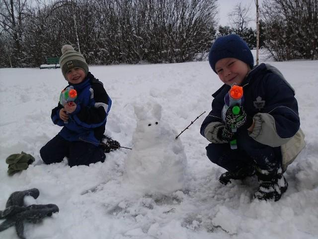 By tradycji stało się zadość w lany poniedziałek leje się wodą a że śnieg za oknami więc mały zajączek ulepiony ze śniegu i ostrzelany wodą przez moich chłopców zabawa była przednia - pisze Iza, nasza Czytelniczka