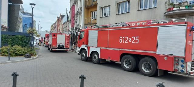 Do centrum Sosnowca wezwano straż pożarną. W czwartek 22 lipca na ulicy Warszawskiej można było spotkać cztery wozy strażackie na sygnale.   Zobacz kolejne zdjęcia. Przesuń w prawo - wciśnij strzałkę lub przycisk NASTĘPNE