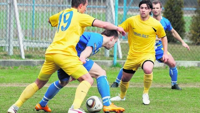 W drugiej lidze nie brakowało emocji. Na finiszu z awansu mogli cieszyć się piłkarze Bruk-Betu (żółte stroje) i Kolejarza Stróże