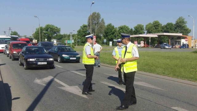 Policjanci na blokadzie K-19 zorganizowanej w ub. r. przez pracowników szpitala w Kraśniku.