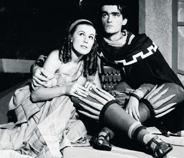 """Adam Hanuszkiewicz z Martą Stebnicką w """"Amfitrionie 38"""" na scenie Starego Teatru, rok 1948"""