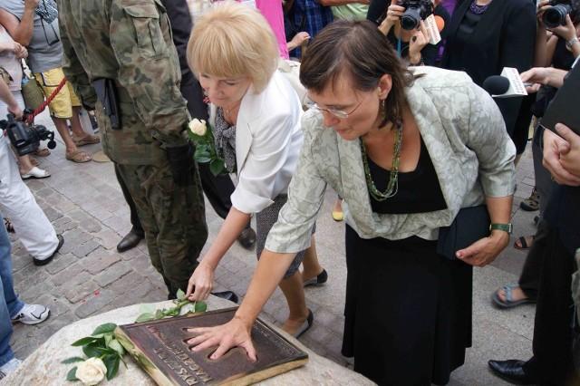 Otwarcia Alei dokonała Jadwiga Kaczorowska, córka prezydenta Ryszarda Kaczorowskiego (z prawej). Obok posłanka PiS,  Jolanta Szczypińska