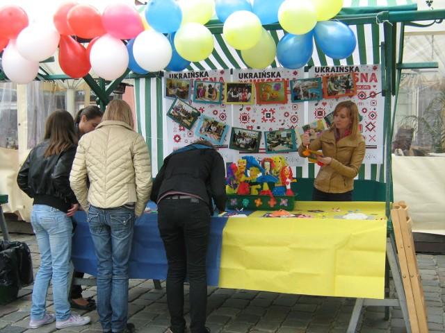 W ramach Ukraińskiej Wiosny na Starym Rynku można nabyć ukraińskie artykuły lub poznań ukraińskich artystów.