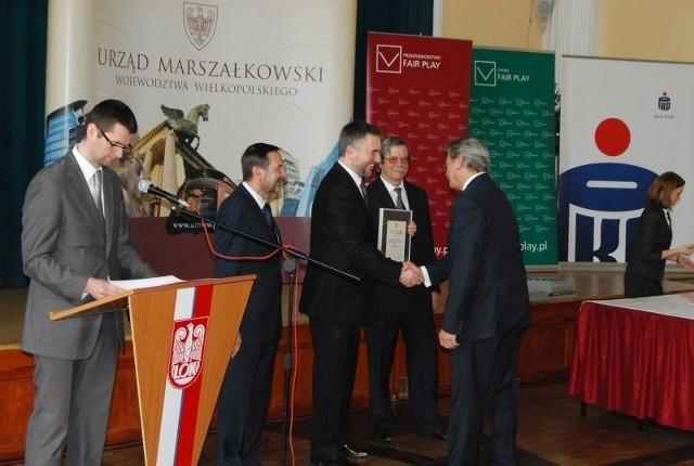 """Rozdanie nagród za """"Przedsiębiorstwo Fair Play"""" i """"Gmina Fair Play""""."""