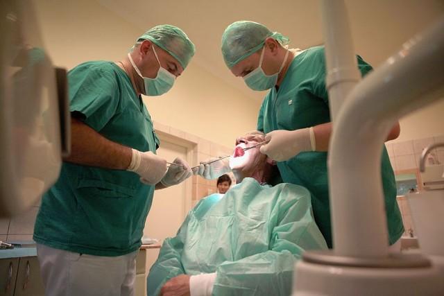 Lekarze ze szpitala im. WAM wszczepiają implanty zębów