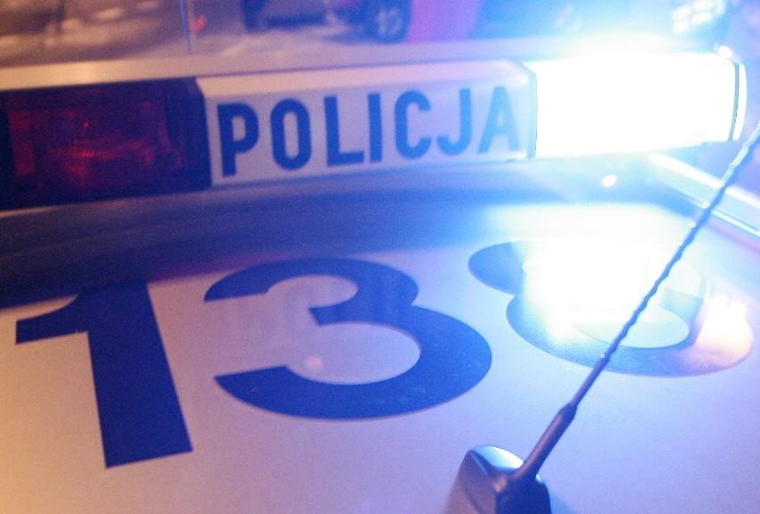 Ul. Ametystowa: Zniszczyli drzwi sklepu. Policja szuka sprawców