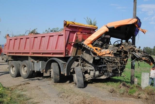 Wypadek wyglądał bardzo groźnie - kabina ciężarówki została doszczętnie zmiażdżona