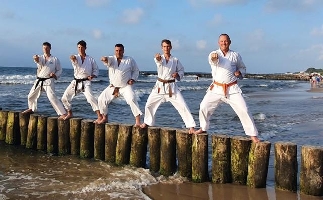 Sportowcy Klubu Karate NIDAN Zielona Góra na zgrupowaniu w Sianożętach.