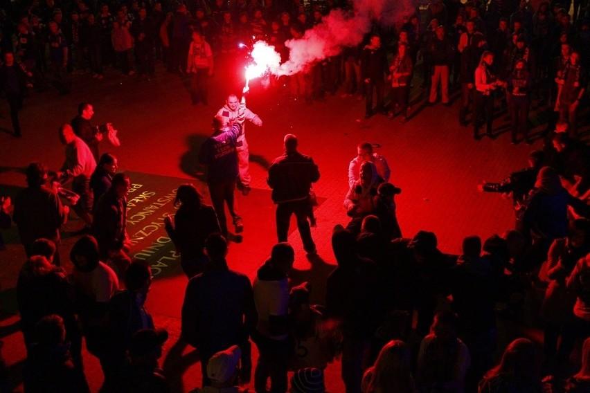 Kibice czekali na piłkarzy Lecha Poznań na Placu Wolności