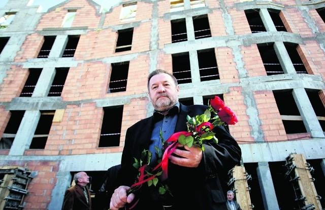 Prezes Jerzy Latała przez powstającym hotelem
