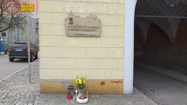 Pamiątkowa tablica na Bramie Grudziądzkiej w Chełmnie poświęcona jest papieżowi - Polakowi. Z okazji setnej rocznicy urodzin Karola Wojtyły będzie okazja posłuchać koncertów, wziąć w konkursach organizowanych przez urząd marszałkowski