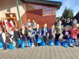 Ciepłe powitanie dzieci po wakacjach, w szkole w Stróżewie. Tym cieplejsze, że szkoła ma nowy piec