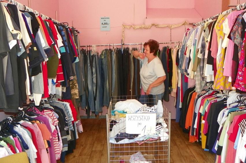 Polacy coraz częściej kupują ubrania w lumpeksach