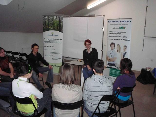 Anastazja Korzec z Biura Organizacji Pozarządowych prowadzi zajęcia z wolontariuszami