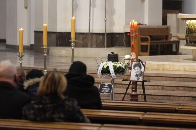 Msza żałobna odbyła się w katedrze Chrystusa Króla. Teresę Wierzbicką pochowano na cmentarzu przy ul. H. Sienkiewicza  Zobacz kolejne zdjęcia. Przesuwaj zdjęcia w prawo - naciśnij strzałkę lub przycisk NASTĘPNE >>>