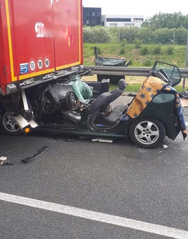 W zderzeniu wzięły udział trzy pojazdy: ciężarówka, samochód osobowy i bus.
