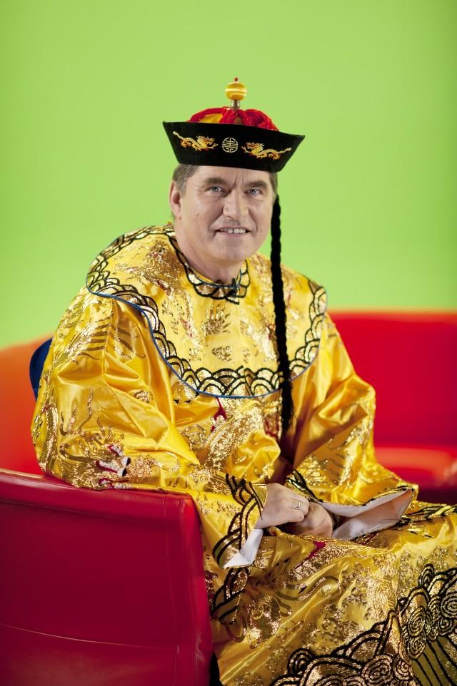 Sławomir Świerzyński w ręcznie haftowanym stroju chińskiego cesarza