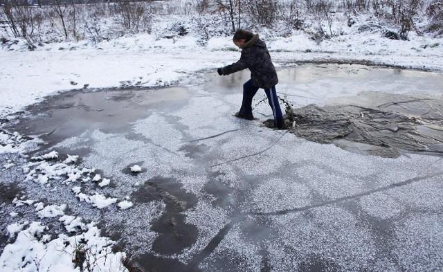 Nadchodzi odwilż. Chodzenie po lodzie może być niebezpieczne.