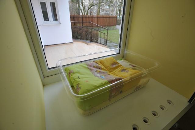 Trzytygodniowego chłopca ktoś zostawił w poniedziałek w oknie życia w Domu Dziecka nr 1 przy ulicy Swoboda na poznańskim Grunwaldzie