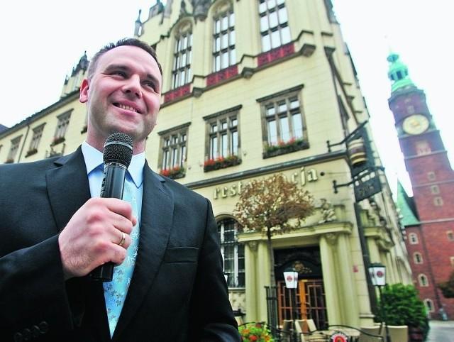 Dawid Jackiewicz podczas happeningu nawoływał, by Rafał Dutkiewicz zgodził się na debatę