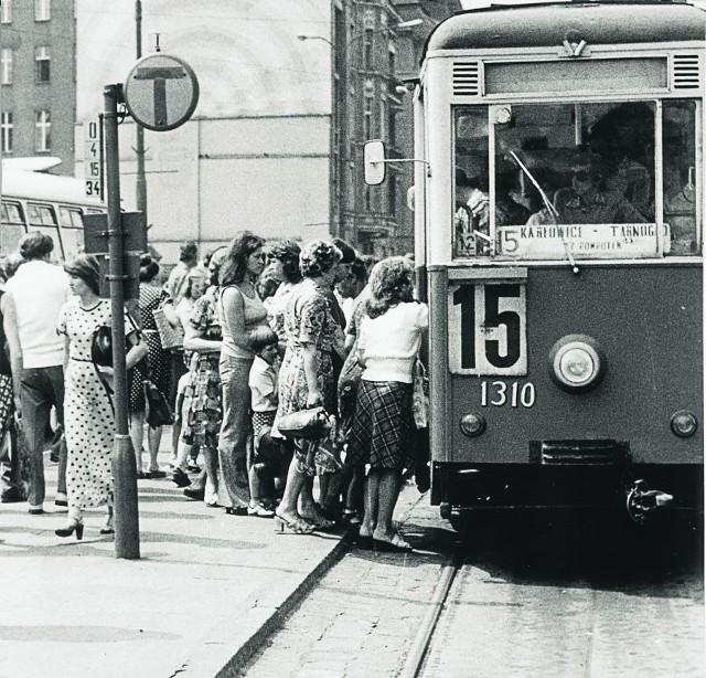 """Linia nr 15 z Karłowic na Tarnogaj - popularny """"dyliżans"""" z rozsuwanymi drzwiami"""