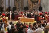 Trumna z ciałem Jana Pawła II wystawiona w bazylice [ZDJĘCIA]