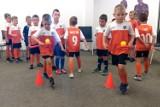 Kościan. Młodzi piłkarze na niezwykłych zajęciach w miejskiej bibliotece [FOTO]