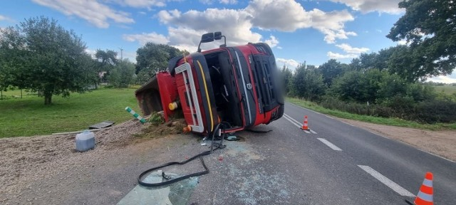 Na drodze nr 162 przewróciła się ciężarówka