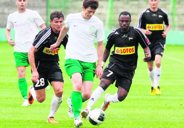 Mateusz Machaj (w czarnej koszulce z lewej) i Abdou Razack Traore (nr 7) dobrze zagrali z Olimpią