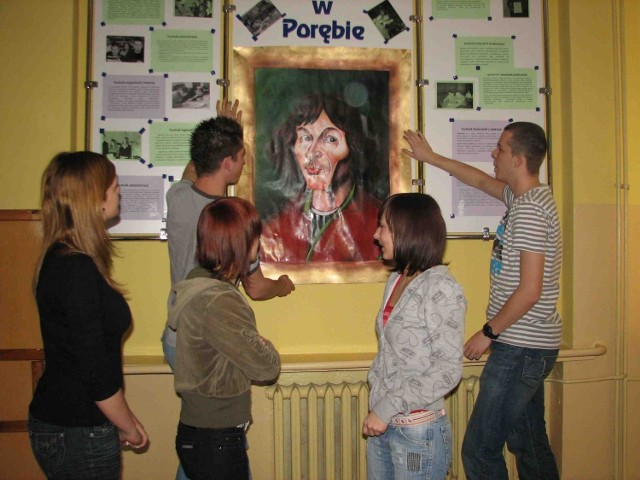 Uczniowie wieszają portret przyszłego patrona