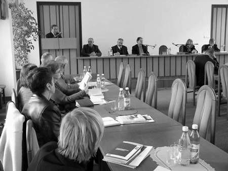 Konsul Piotr Czosnyka (na mównicy) zachęcał do inwestowania w Czechach.