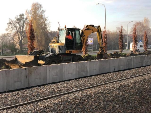 PKP buduje nowy peron przy torach koło Podhalanina w Wadowicach. Jak widać na zdjęciach, jest to spora konstrukcja.