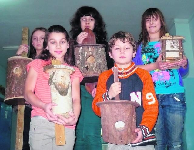 Dzieci ze szkoły podstawowej w Kluczach ze swoimi pracami