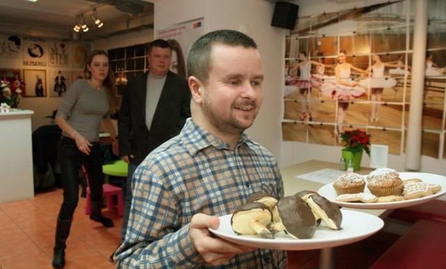 Potrawy serwuje Tomasz - niewidomy kelner, wspierają go Justyna, która także nie widzi, oraz menedżerka z noktowizorem