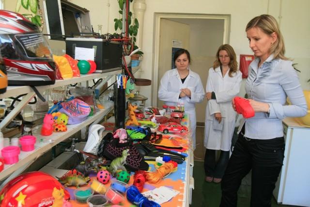 Pracownicy laboratorium w Zgierzu dbają o to, by na rynek nie trafiły szkodliwe dla zdrowia zabawki