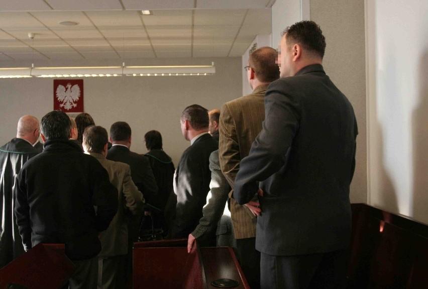 Na ławie oskarżonych w tym procesie zasiada 17 osób