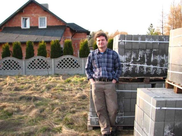 Sąsiedzi zbudowali już domy, a Rafał Sitek ma na swej działce materiał, który niszczeje