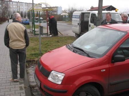 W wybuchu ucierpiała wiata przystanku i zaparkowany nieopodal samochód. FOT. WOJCIECH PIEPIORKA