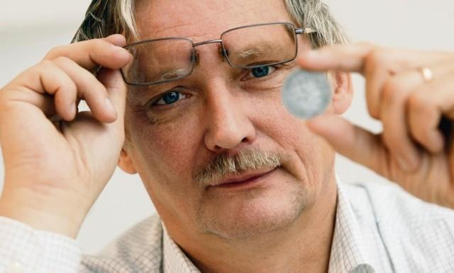 Jarosław Dutkowski, ekspert od numizmatyki, pokazuje jedną ze sztucznie postarzonych monet, które krążą na rynku kolekcjonerskim
