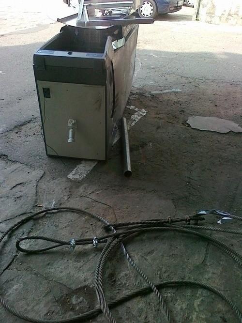 Śledczy podejrzewają, że bankomat został wyrwany z podłoża przy pomocy samochodu