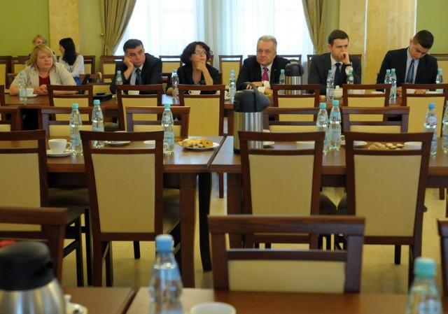 W spotkaniu uczestniczyło ośmiu posłów - sześciu na zdjęciu, prowadząca je Genowefa Tokarska i Henryk Smolarz, który dotarł w połowie posiedzenia