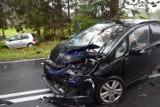 Groźne zderzenie trzech aut na rogatkach Szczecinka. Są poszkodowani [zdjęcia]